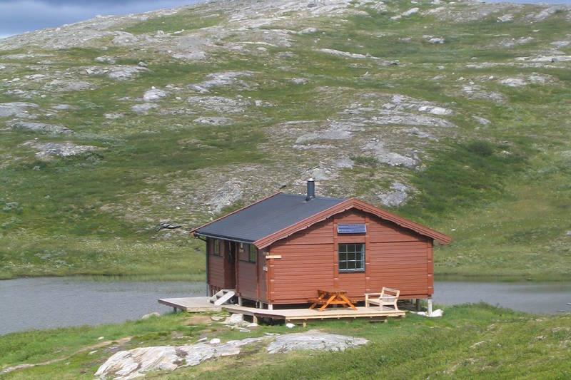 Rundt hytta er det mange slike småtopper som vi ser i bakgrunnen her. Fin fjellstørrelse for små føtter.