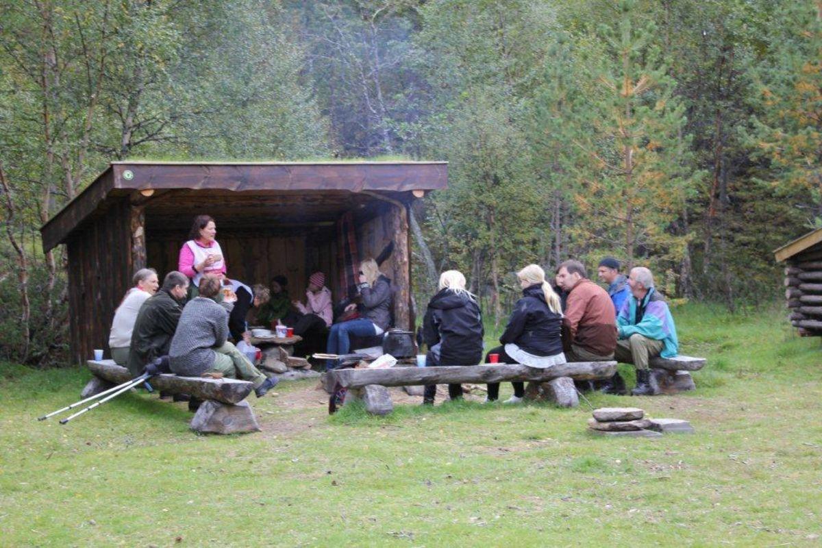 Ved elva har Statskog bygget en gapahuk som alle kan bruke