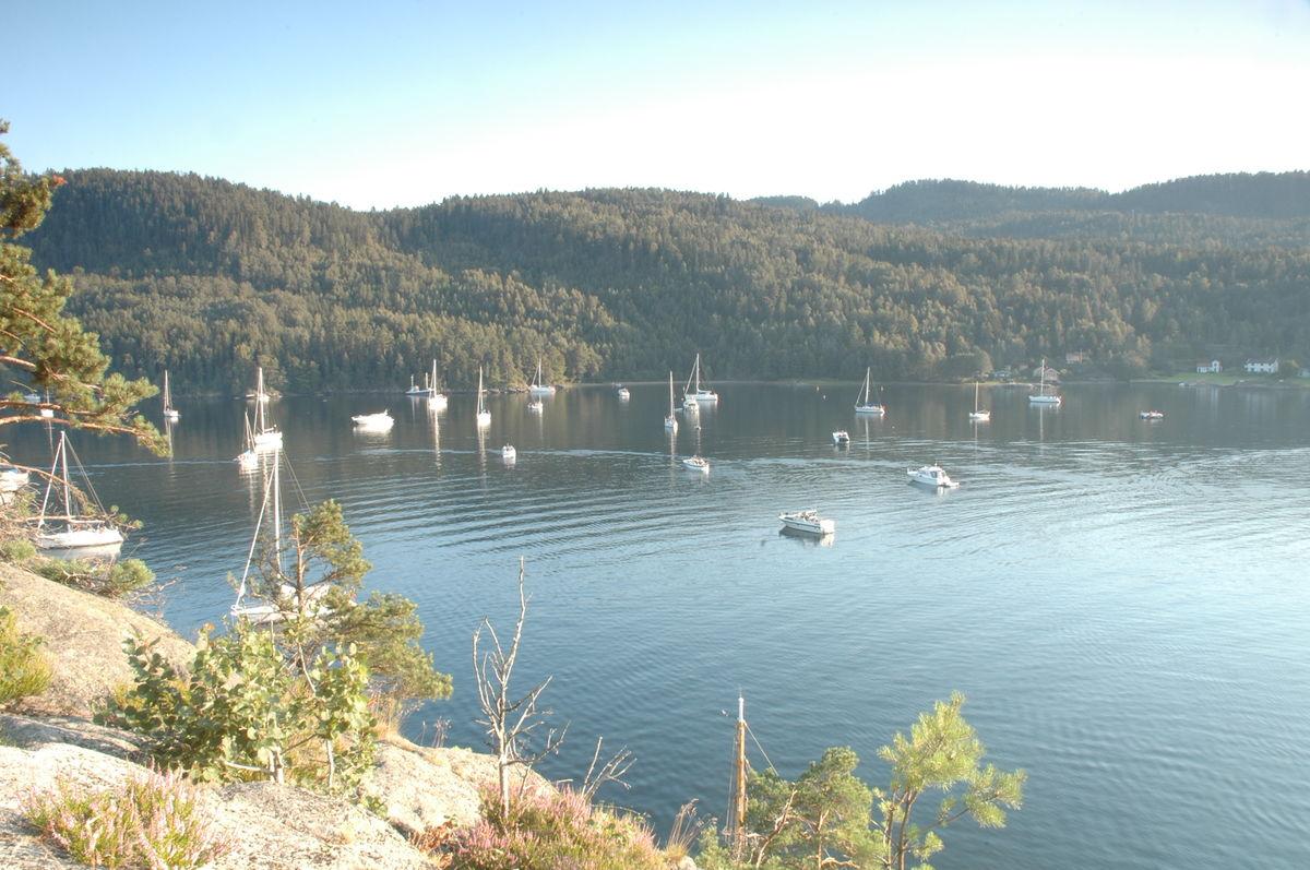 Oslofjordens største naturhavn, Sandspollen er et flott båtutfartssted. Her inne stimet makrellen seg og det ble drevet intenst fiske her helt siden middelalderen av.