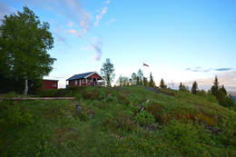 Hytta ligger idyllisk plassert på toppen av Flotsberget - Foto: Hallgrim Rogn