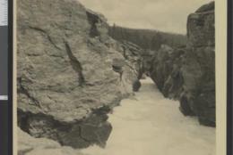 SJODALEN: Den mest kjente severdigheten herfra er Ridderspranget der ridderen fra Valdres hoppet over elven Sjoa med bruden han hadde kidnappet fra Sandbu-ridderen i Vågå. - Foto: Gunnar Holmsen