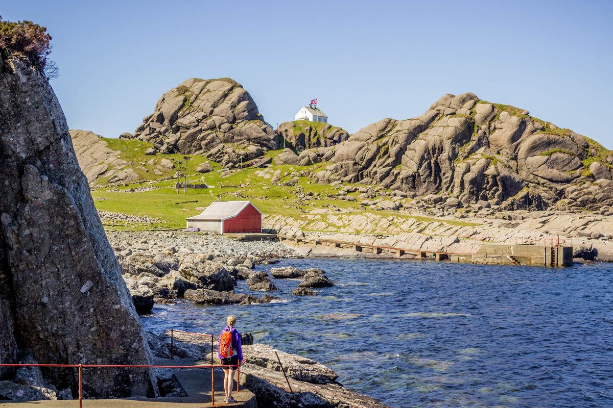 Rett etter Skjelvika ser du Kvannhovden fyr rett vest oppå ein knaus.