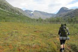 På tur innover Bisseggskardet med Biseggen til høyre og Måsskardfjellet til venstre for midten av bildet. -  Foto: Ståle Rundberg