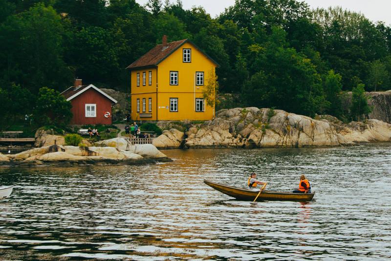 Jacobineruta kan du oppleve til lands og til vanns med robåt eller ferge.