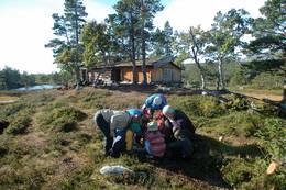 Hyttene i Barnas Naturverden er rekonstruksjoner av sælehus fra middelalderen. - Foto: Julie Maske