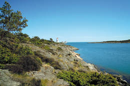 Dybesund med Homborsund fyr i bakgrunnen -  Foto: Aust-Agder turistforening