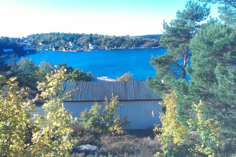 Det er 180 graders utsikt over skjærgården fra hytta.  Fra hytta kan en se både soloppgang og solnedgangen.