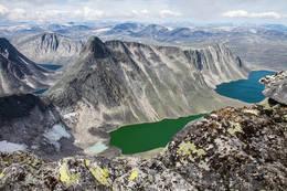 Larstind og Larseggen,sett fra eggen opp til Vesttoppen på Snøhetta -  Foto: Geir A Granviken