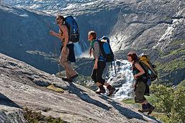 Reinsbrekkene med Søtefossen i bakgrunnen - Foto: Terje Rakke