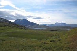 Ved Sauvatnan med Solvågtind til venstre og Ølfjellet bak -  Foto: Steinar Skogstad