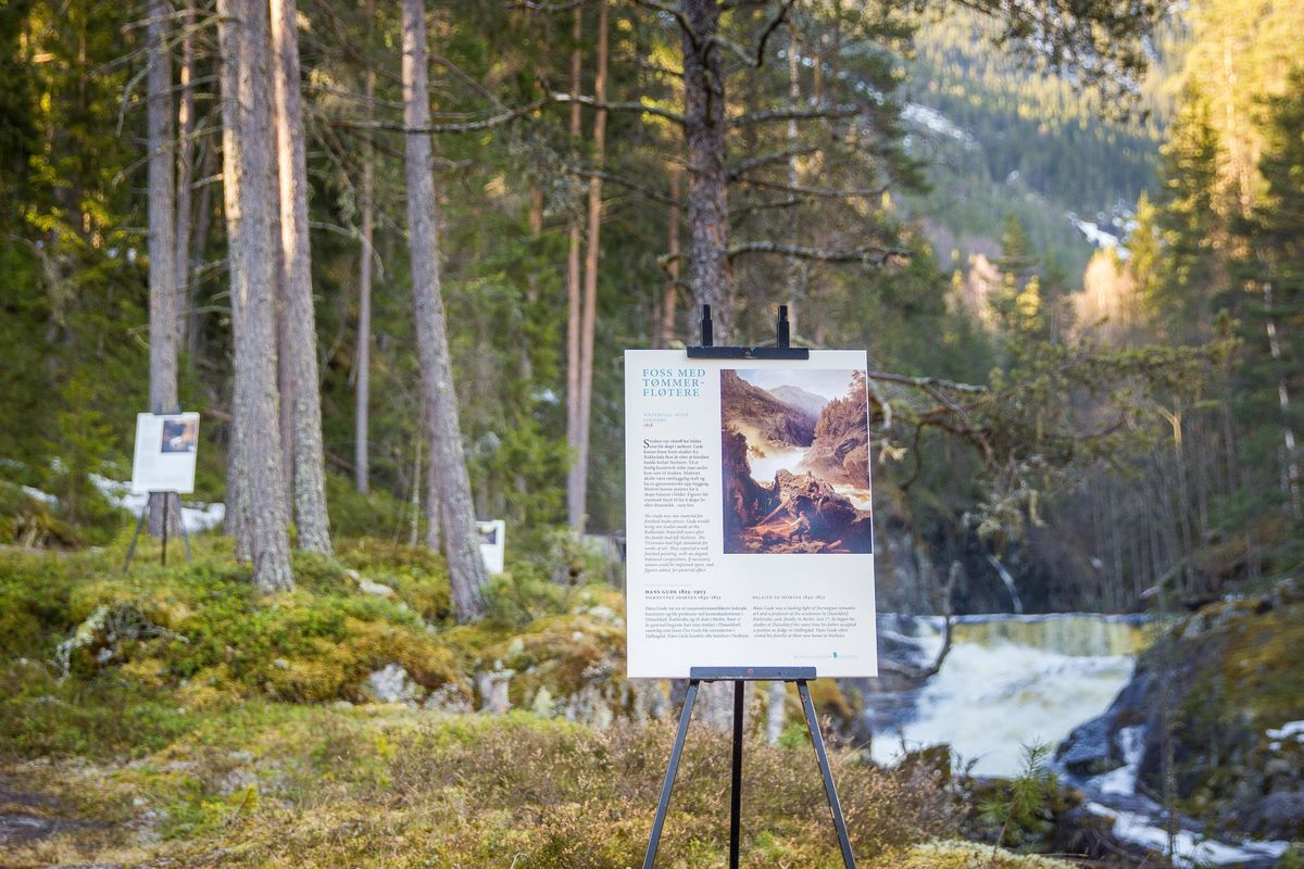Malerier av Hans Gude og kunstnervenner står utstilt langs Rukkedøla
