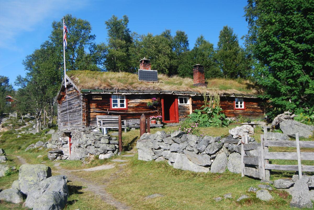 Ljøsnavollen er en idyllisk seter som tilbyr overnatting for fjellvandrere.