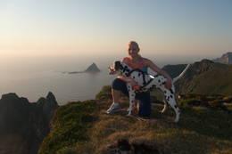 På Måtind (fjell). Madelene og hennes dalmatiner Jancka nyter utsikten. I bakgrunnen ligger fugleøya <<Bleiksøya>>. Fjelltoppen helt bak til høyre i hjørnet er <<Røyken>>.(Bleik, Andøy i Nordland)  -  Foto: marit hatlestad