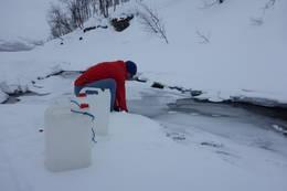 Vasshenting i elva - Foto: Åshild Bjørnådal