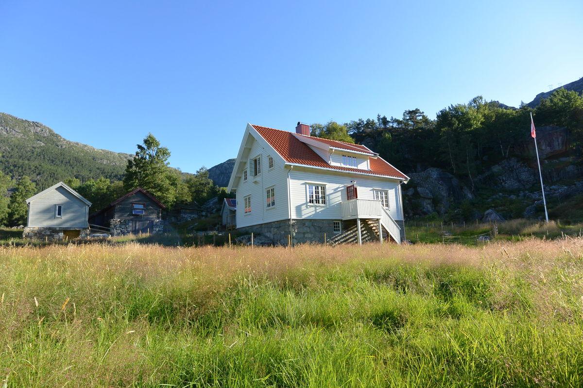 Bakken gard ved Lysefjorden er en historisk fjellgård med flott beliggenhet og mange fine turmuligheter.