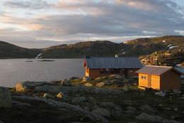 Hovatn bader i sol til langt på kveld.  - Foto: Olav Øvstebø