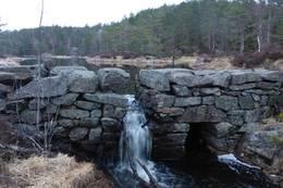 I sørenden av vannet ligger denne fine steindemningen. - Foto: Lars Jøran Sundsdal