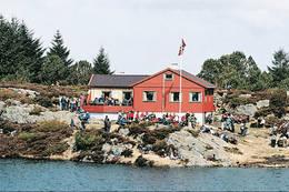 Folksom søndag ved Røyningsbu i Karmøyheiene - Foto: Den Norske Turistforening