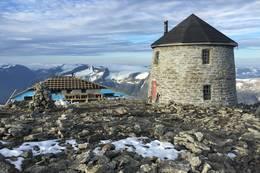 Skålatårnet med bygging av Skålabu i bakgrunnen - Foto:
