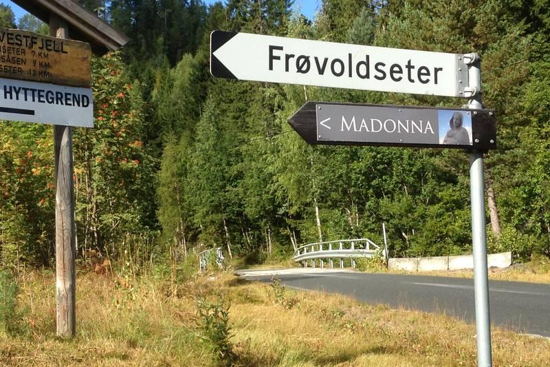 Følg skilt til Madonna. Bomstasjon, 50 kr.