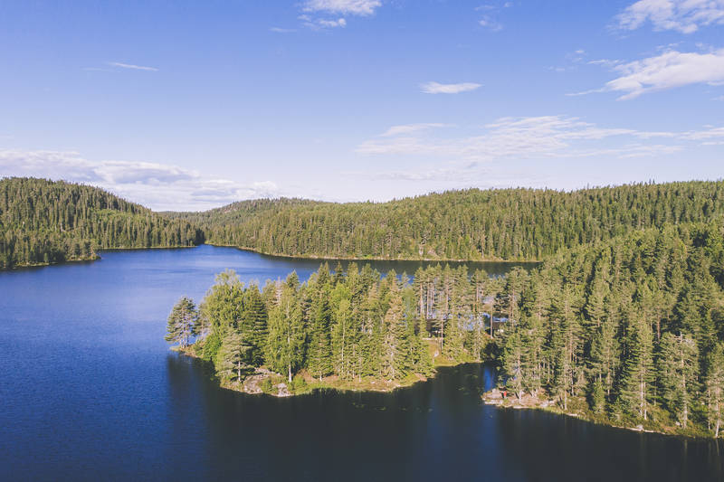 Hytta ligger vakkert ved Ramstadsjøen