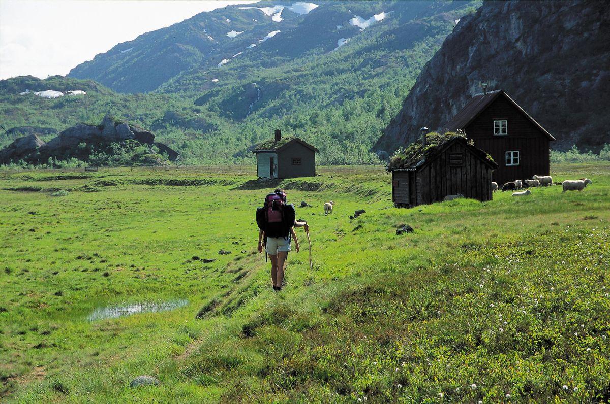 Kvanndalshytta ligge på en vakker stølsvoll omgitt av høye fjell