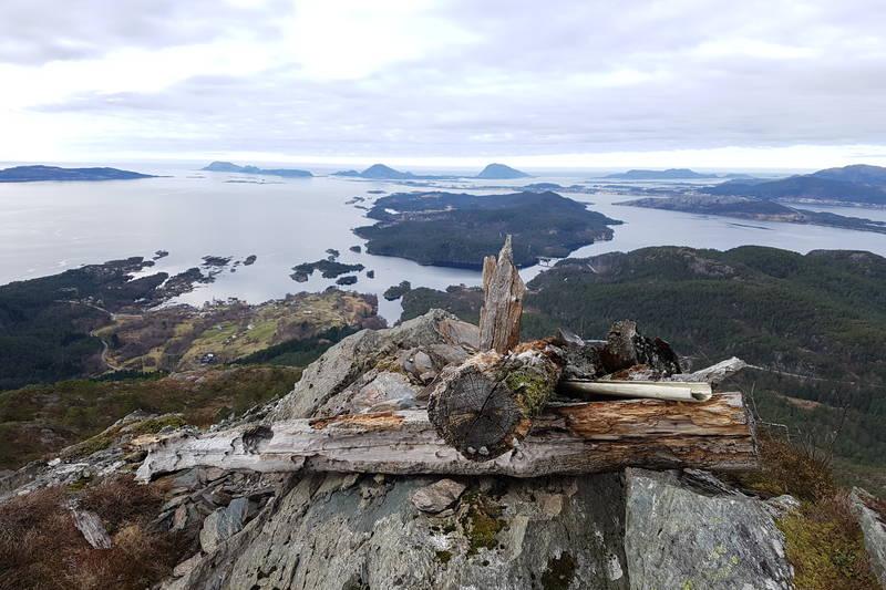 Varden på Hornfjellet ligg på enden av fjellryggen og er ein avstikkar frå merka løype ned att ved Hornfjellsvatnet.