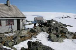Varme i hytteveggen ved Fonnabu etter vårskitur på breen. -  Foto: Fredrik Skeie