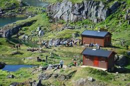 Trollfjordhytta og sikringsbu som inneholder vedlager, dass, tilsynslager og badstu - Foto: Bjørn Eide