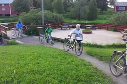 Brua bringer ved andedammen på Nordland kultursenter bringer deg tørrskodd over elva, og like etter brua er det en fin rasteplass. -  Foto: Berit Irgens