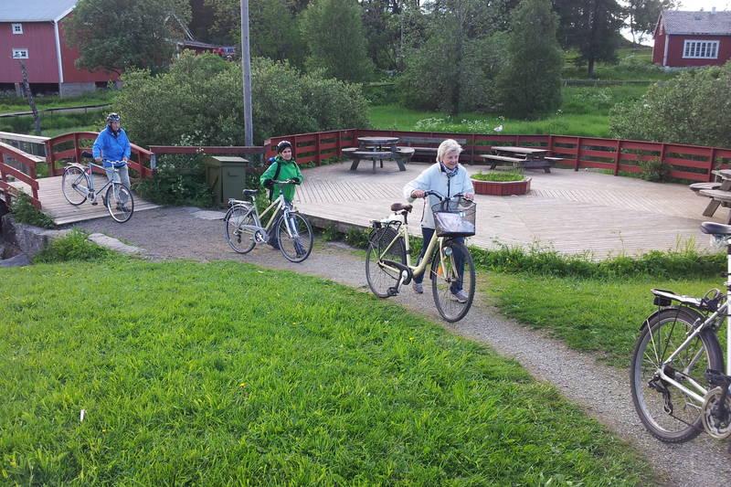 Brua bringer ved andedammen på Nordland kultursenter bringer deg tørrskodd over elva, og like etter brua er det en fin rasteplass.