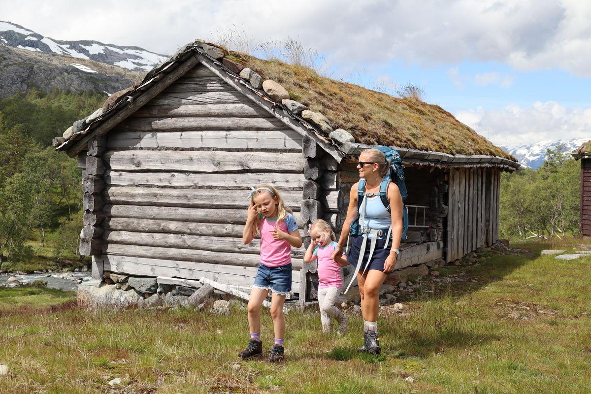 På tur ved en av de gamle stølene nedenfor Jonstølen turisthytte.