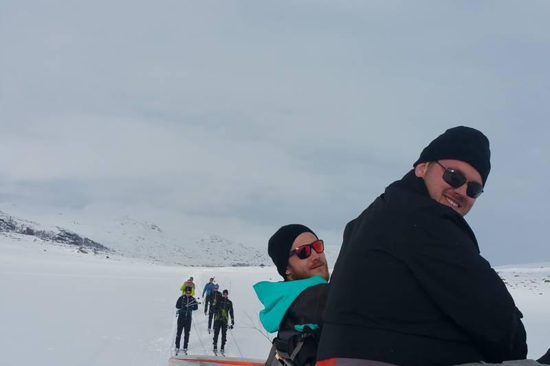 Noen henger etter, noen går på ski og noen sitter på