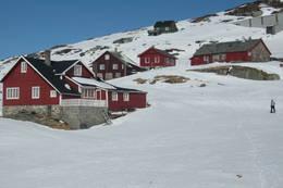 Hallingskeid turisthytte øverst til høyre, ligger sammen med Lokalet i et trivelig tun på Hallingskeid like ved togstasjon. - Foto: Margaret Are
