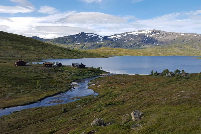 Ramsjøhytta med fjellmassivet Fongen i bakgrunnen.