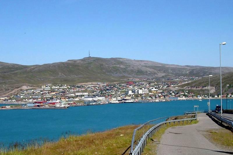 Hammerfest med Storfjellet i bakgrund.