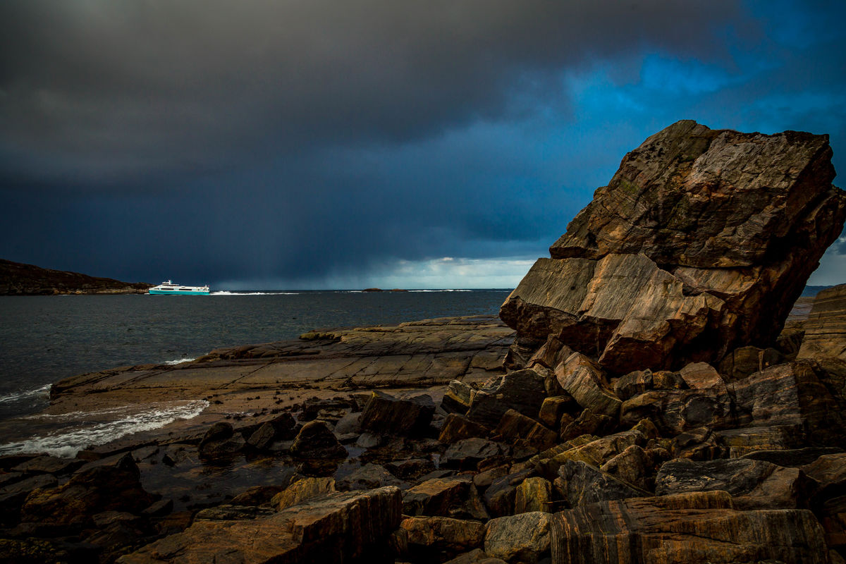 Hurtigbåten fra Trondheim fyker forbi