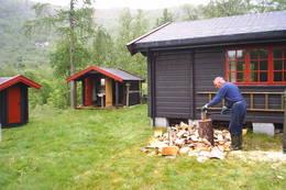 Vedklyving - Foto: Arne Sandøy