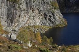 Austdalshidleren ligger under skråningen i fjellsiden - Foto: Odd Inge Worsøe