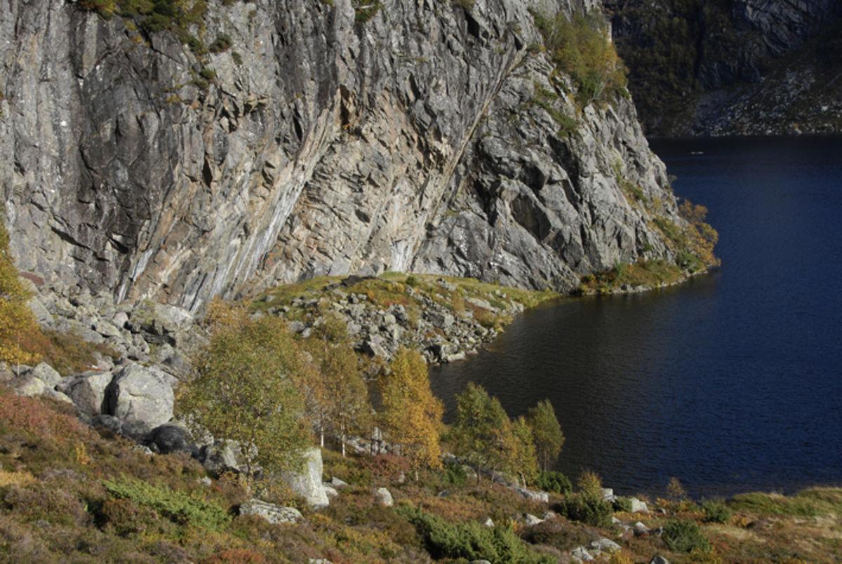 Austdalshidleren ligger under skråningen i fjellsiden
