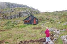 Grautheller, 26. juni 2010. Sunniva 6 år har syklet nesten to mil og gått i en time for å komme hit og er SÅ fornøyd! - Foto: Mona Winge