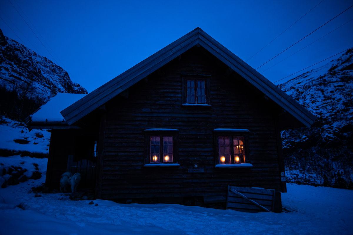 Når mørket senker seg er det fint å sitte inn på hytta med levende lys, fyr i ovnen og godt selskap.