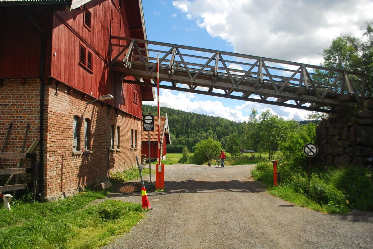 Turen starter ved Losby besøksgård, hvor det er kafè og dyr på gården som man kan besøke.
