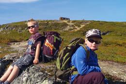 Magnus og Odin snart oppe ved Lossihytta. NOT sin hytte på Skjomenfjellet.  - Foto: Clas Holmberg
