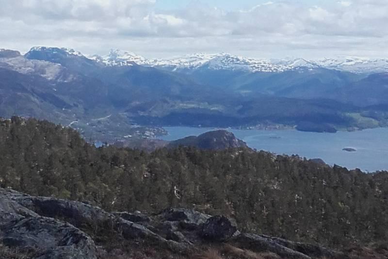 Når ein kjem opp bratta i Stølsdalen, og terrenget jamnar seg ut. Sikt mot Eikefjord