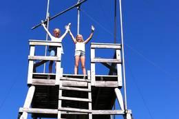 To glade turgåere i toppen av utsiktstårnet på Glomsrudkollen. -  Foto: Hilde Roland