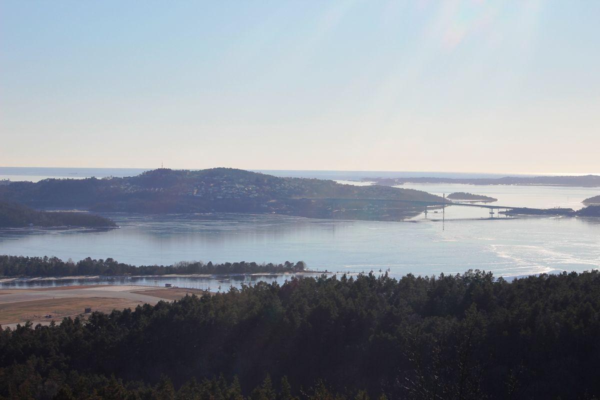 Det er storslagen utsikt mot fjorden og havet.