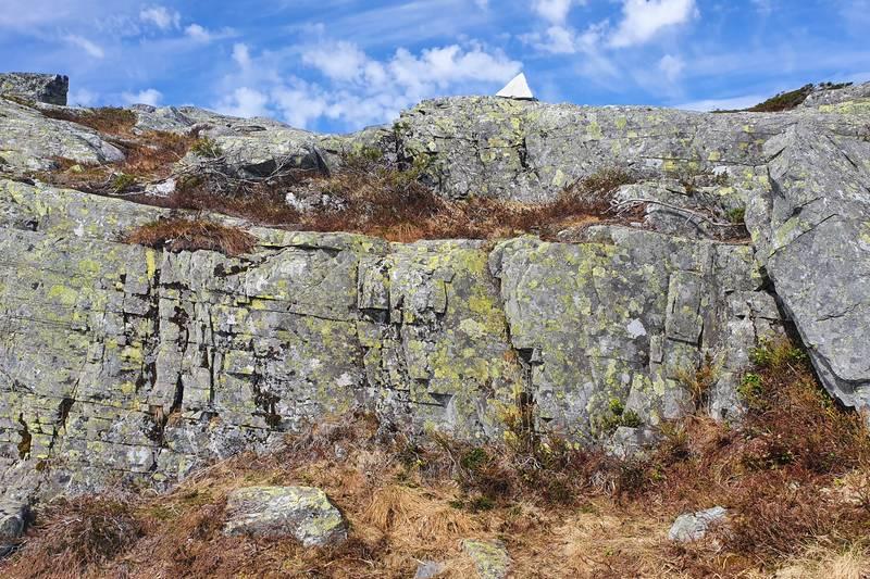 Gå i retning trekant-steinen og vidare nordvestover mot Grøneheivatnet og toppen
