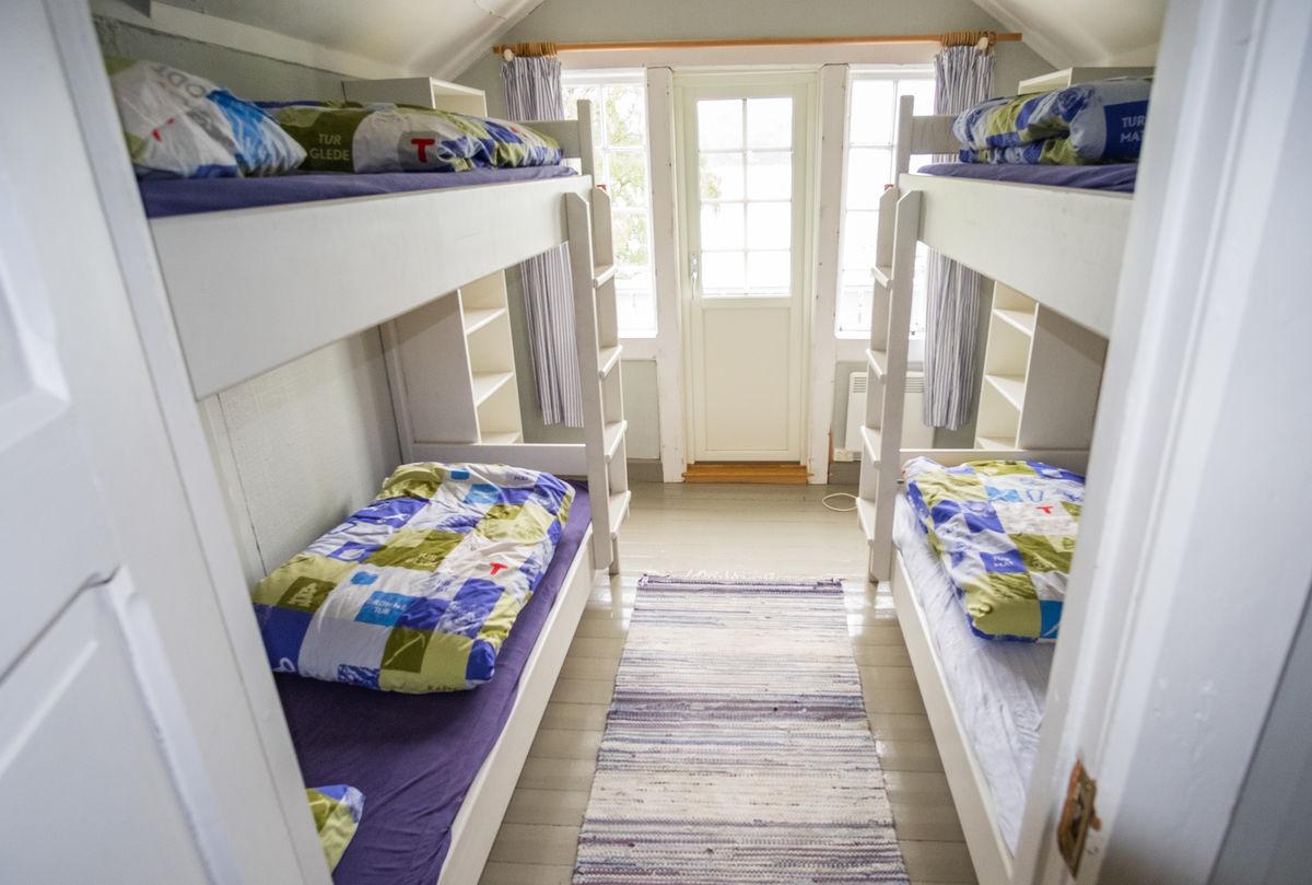 Soverommene er lyse og trivelige. Dette rommet har også en balkong med spektakulær fjordutsikt.