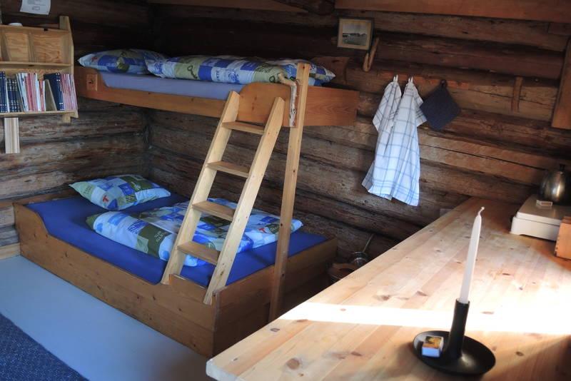 To sengeplasser i stua/kjøkkenet